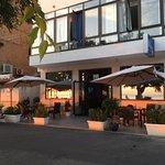 Il bar esterno all'ingresso dell'hotel