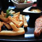 Стейк из лосося с соусом беарнез и картошкой-фри