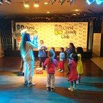 צוות הבידור קידס קלאב עם הילדים