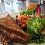 Croc'à la seiche, sauce tomate maison et salade verte