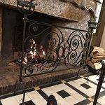 La cheminée au feu de bois du salon très agréable en hiver , la suite Bonita margarita et son at