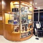 Barber shop + prodaj luxusních značek alkoholu v dárkových baleních.