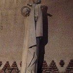 Statue de la Vierge offrant m'enfant au Monde