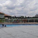 Área da piscina com vista para o lago de pesca.