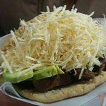 """Arepa """"Llanera"""": Carne asada a la plancha, aguacate hass, queso tipo costeño bajo en sal."""