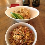 Dos deliciosas entradas. Ceviche Sakama (Trozos de Róbalo) y Yakimeshi