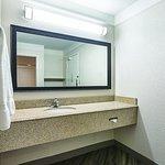 Photo de La Quinta Inn & Suites Detroit Utica