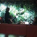 """Zimmer u""""Dschungelwand""""im Restaurant"""