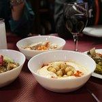 Les plats sont délicieux et copieux. La nourriture est vraiment bonne et goûteuse  Un restaurant