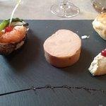 foie gras au pignons de pin torréfiés, coeur d'artichaut, huitre et rillette de crabe et gambas