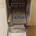 タモンの中心街でバス利用にも便利。ランドリーには洗濯機(30分)3台と乾燥機(40分)2台があります。どちらもフロントで2ドル分をクオーター8枚に交換して使用できます。両方で4ドル!