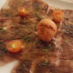 Carpaccio de thon mariné et sa glace tomate basilic