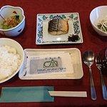 朝食その1。ご飯と漬け物はセルフサービスで食べ放題です