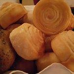 Ассортимент домашнего хлеба.