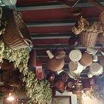 Au plafond : paniers, faitouts et houblon