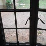 Okna zabezpieczone metalową kratką.