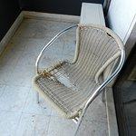Wenig einladender Sitzplatz auf den Balkon des Hotels