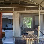 Terrasse mit Sesseln und Tisch mit Stühlen
