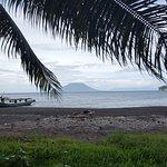 Onze gehuurde boot gezien vanuit het eiland
