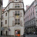 Frontseite des Hotels zum Platz hin