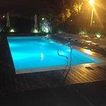 Vista de la piscina exterior de noche