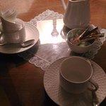 Délicieux chocolat chaud à l'ancienne, servi dans un broc en porcelaine.