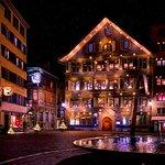 Zunfthaus zur Waag mit Weihnachtsbeleuchtung