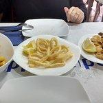 Bravas, calamares de la casa y fritura de pescado