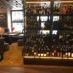 Die schöne Weinvitrine im Restaurant gefällt enorm!