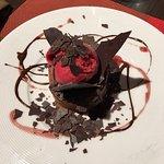 Dessert recommandé par David le serveur : moelleux chocolat avec cerises et glace framboise : un