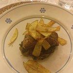 agnello disossato su letto di cicoria uva sultanina e foglie di patate