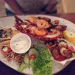 Seafood-Teller mit 1/2 Hummer etc und zweierlei Rind mit Polenta und Gemüse. Beide Gerichte ware