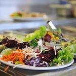 Tous les jours vous trouverez des salades de crudités variées et de saison