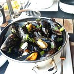 Mussels with white wine or red pesto