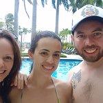 Los tres en el área de la piscina