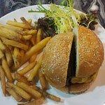 HeSheEat Burger 漢堡包 外觀上: 店舖的皇牌菜 整碟賣相非常吸引,特別是漢堡包造型非常有份量 首先薯條很長,而且粗切和很脆,不用點上任何醬汁已經好味
