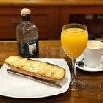 Típico desayuno Marteño, zumo, café y una buena tostada con el mejor aceite de la ciudad.