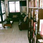 Αλλη άποψη της βιβλιοθήκης με το σαλόνι