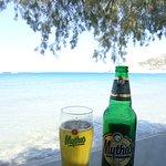 Siguiendo por la misma playa del hotel, hay una buena taverna pegada al mar.
