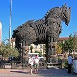 """Hotel situado frente al mar y a 20 metros del famoso caballo de la Pelicula """"Troya"""""""