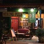 La terraza al frente de Mekong Pizza