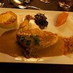 Suprême de volaille et sauce au foie gras, gratin dauphinois, poêlée de champignons et purée de
