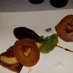 Escalope de foie de canard poêlé, pomme cuite et pain d'épices