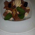 Eponge au praliné, confit cassis, meringue croquante