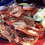 Nydelig sjømat fra Pwani Bar i Travellers Beach Hotels hage