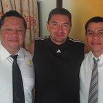 Ricardo Lima (jefe de Alimentos y Bebidas) y Héctor Mundo (del Premium) siempre serviciales
