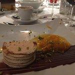 Orangenparfait im Baumkuchenmantel mit marinierten Orangenfilet