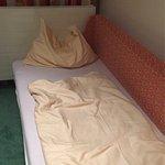 3-Bett Zimmer bezahlt, 2 Betten und eine harte Liege bekommen