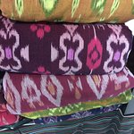 Satu kain songket bisa beberapa macam warna