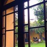 Vista desde el comedor hacia el jardín y el corredor